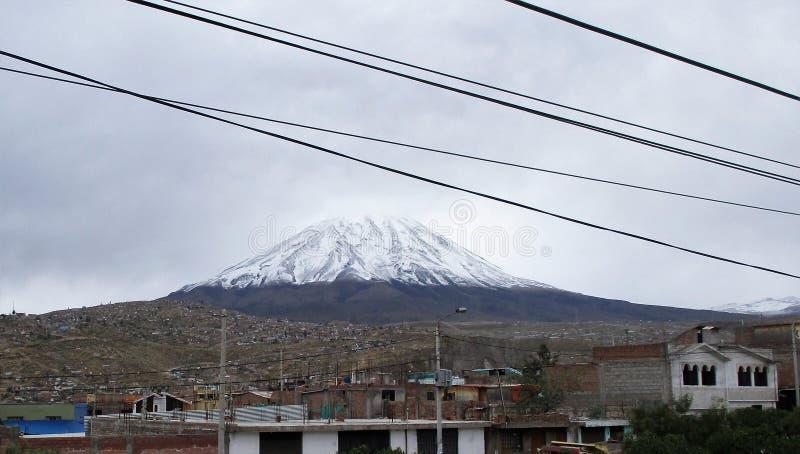 Ландшафт Arequipa с покрытым снег пиком вулкана Misti стоковые фотографии rf