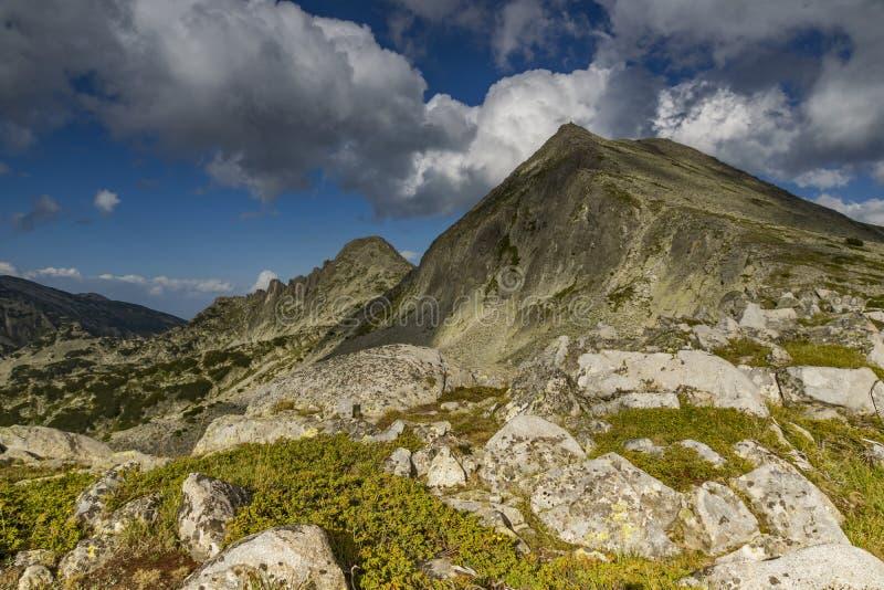 Ландшафт Momin Dvor и пиков Dzhangal, горы Pirin, Болгарии стоковые изображения