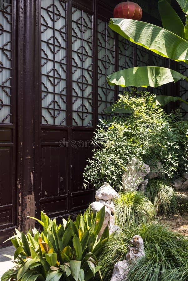 Ландшафт Rockery и завода перед дверью стоковое фото rf