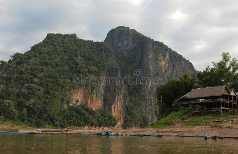 Лаос: Противоположность отверстий Ou Пак на Меконге к северу от Luang Brabang стоковое фото rf