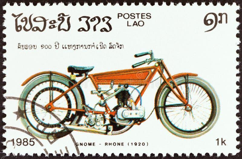 ЛАОС - CIRCA 1985: На марке, напечатанной в Лаосе из выпуска 'Сто лет мотоциклов', изображен Gnome Rhone, 1920, около 1985 года стоковое изображение
