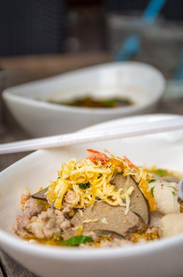 Лапша тайской еды пряная, селективный фокус, HDR стоковые изображения rf