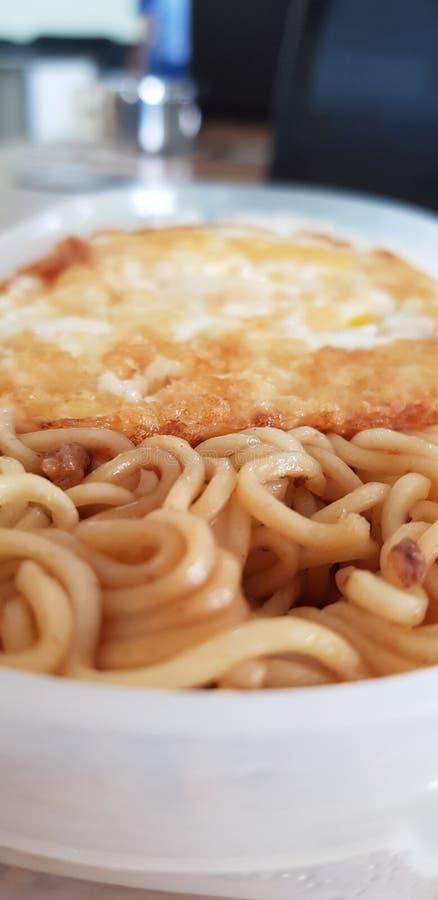 Лапша уже для вашего завтрака с вашей семьей в утре стоковая фотография rf