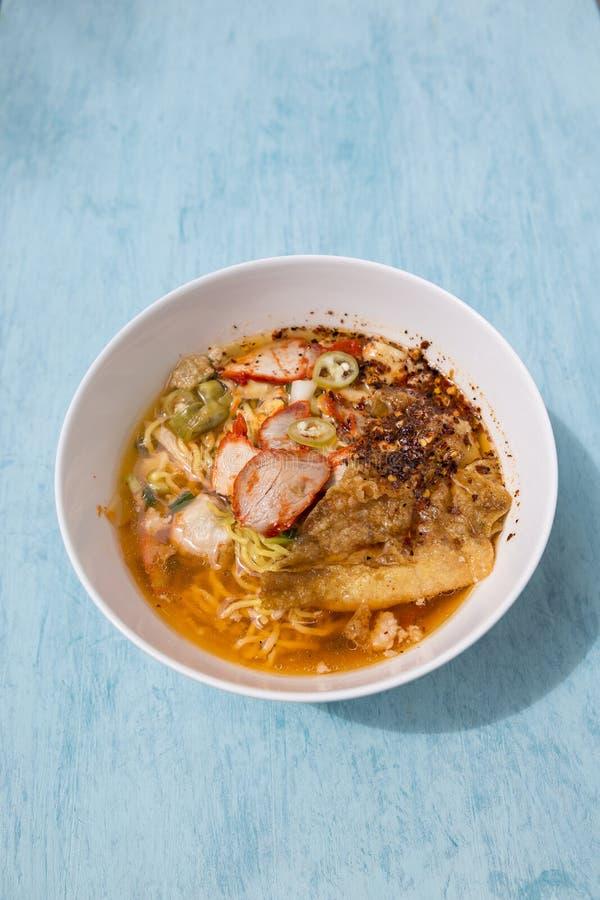 Лапша яичка Тома тайского стиля пряная yum с зажаренным в духовке свининой стоковые фотографии rf
