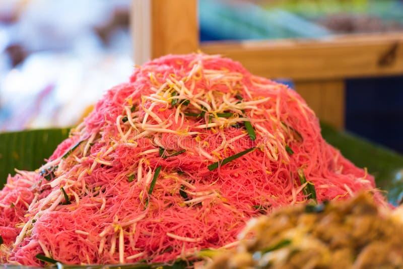 Лапши зажаренные Stir розовые, тайская еда Конец-вверх стоковое фото