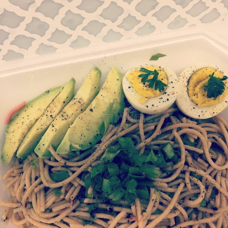 Лапши здоровой еды азиатские с авокадоом и вареным яйцом с петрушкой стоковое изображение rf