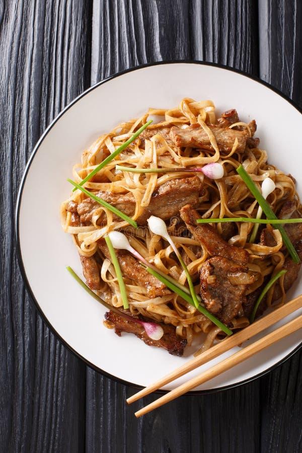 Лапши потехи Chow говядины Все-зажарили Ho крупный план блюда потехи кантонский на плите на таблице E стоковые изображения rf
