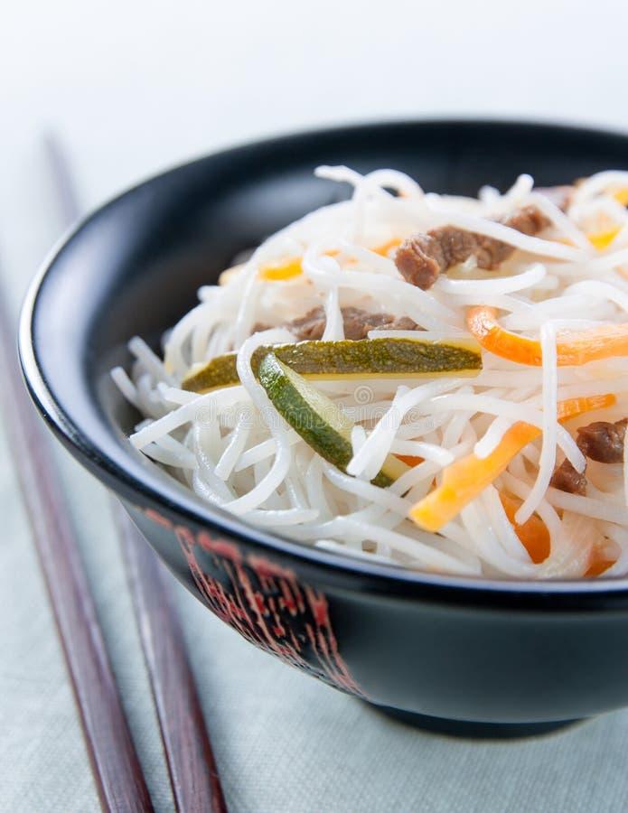 Лапши риса с овощами, грибами и мясом стоковые изображения rf