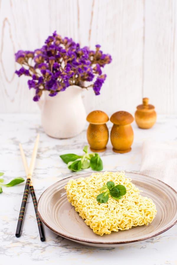 Лапши сухого  Ñ hinese с салатом выходят на керамическую плиту стоковое фото rf