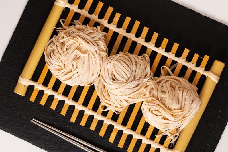 Лапши яйца азиатского uncook концепции еды домодельного восточные на бам стоковая фотография rf