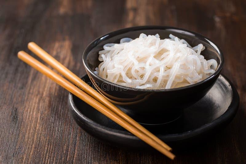 Лапши Shirataki Konjac - японская еда стоковые фото