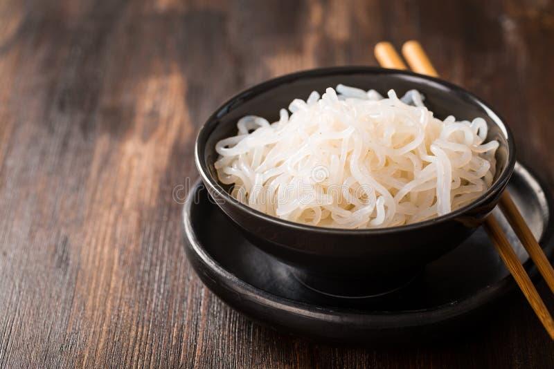Лапши Shirataki Konjac - японская еда стоковые фотографии rf