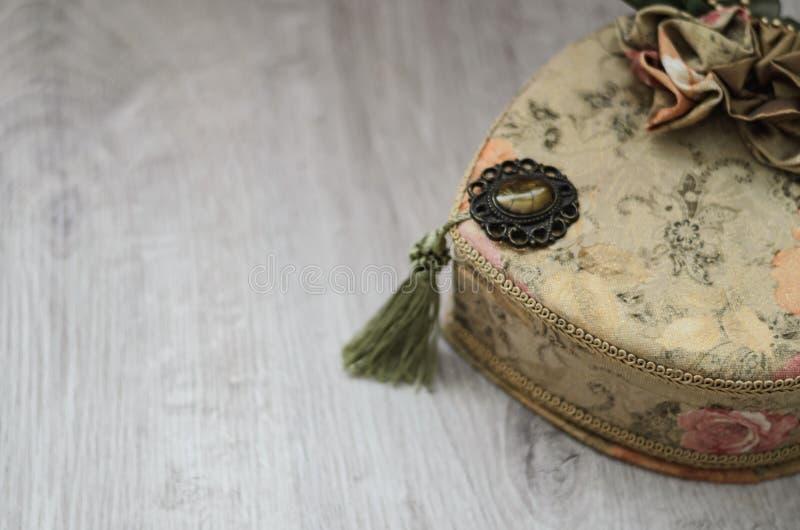 Ларец ювелирных изделий Ларец ювелирных изделий гобелена на деревянной предпосылке стоковое изображение