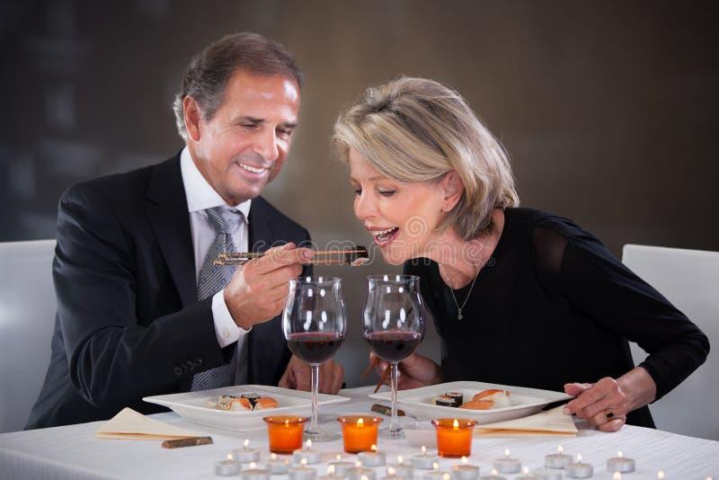 Ласковые пары в ресторане стоковые фотографии rf