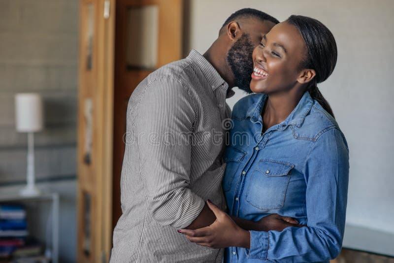 Ласковый Афро-американский супруг целуя его жену на щеке стоковое изображение rf