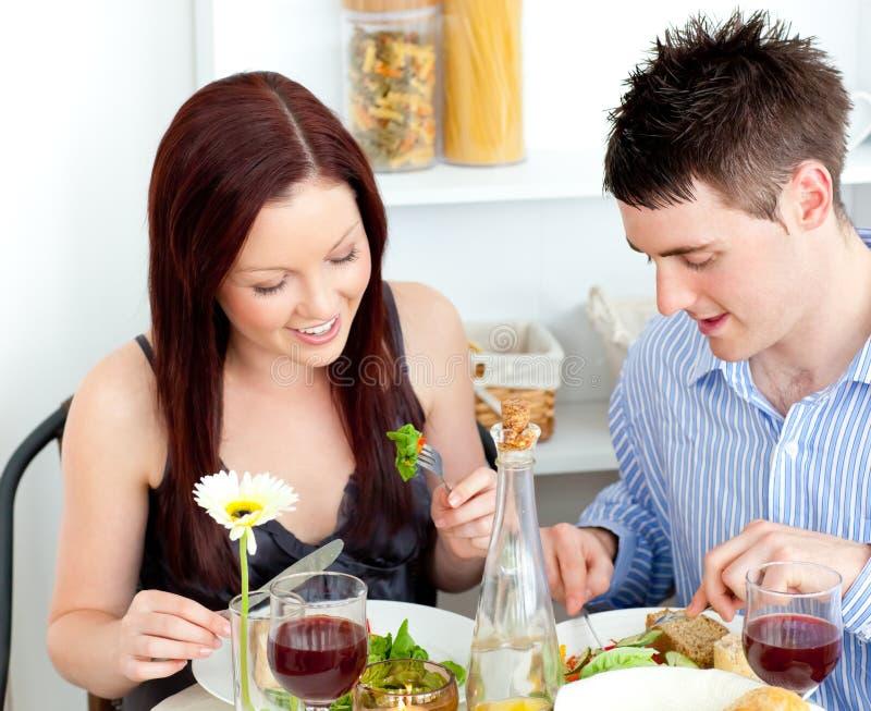 ласковый обед пар имея домашнее стоковое фото rf