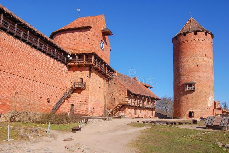 Латвия, старый замок Turaida весной С 1214 Взгляд двора стоковые фотографии rf