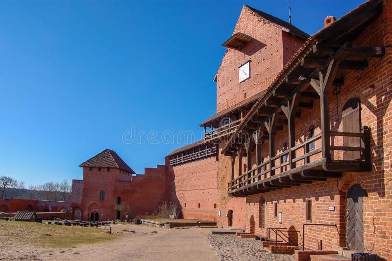 Латвия, старый замок Turaida весной С 1214 Взгляд двора стоковые фото