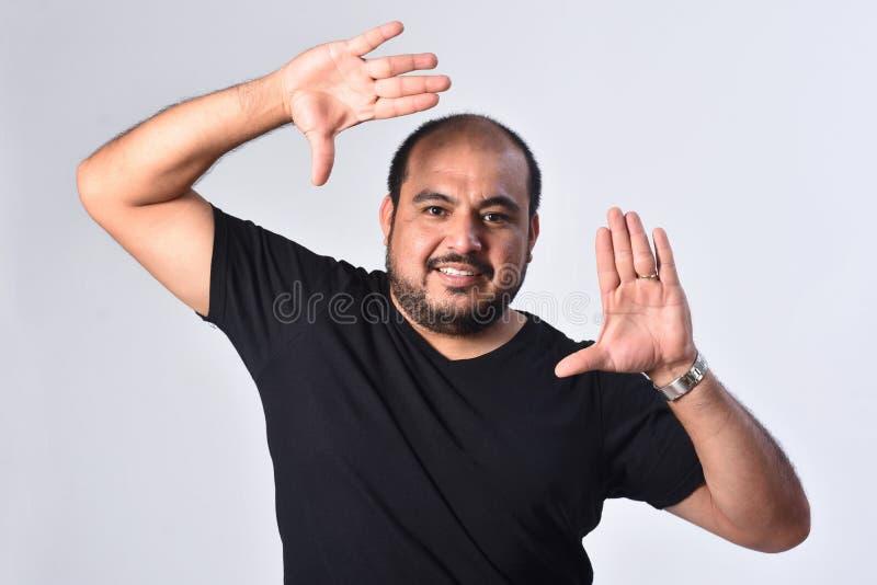 Латино-американский человек обрамляя его сторону стоковое фото