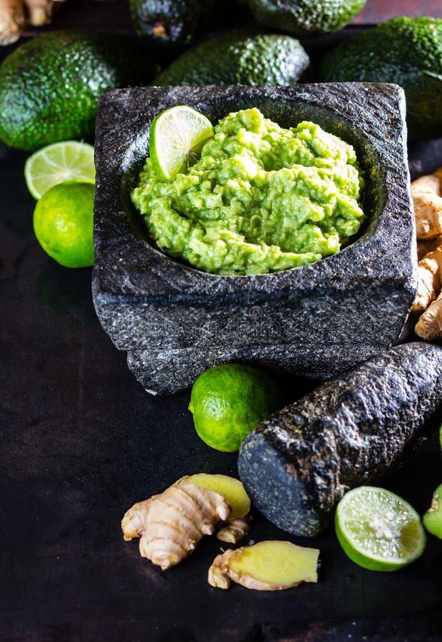 Download Латино-американское мексиканское гуакамоле с имбирем авокадоа, известкой в каменном миномете Стоковое Изображение - изображение насчитывающей старо, американская: 81806799