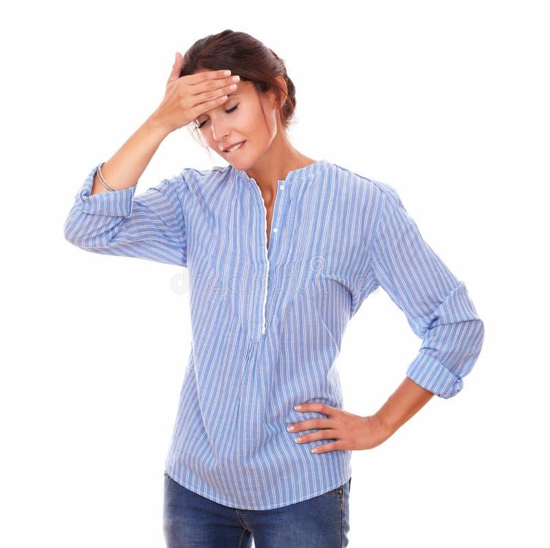 Латинская дама на голубой блузке с головной болью стоковые фотографии rf