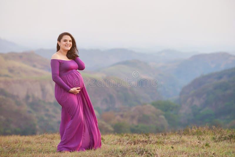 Латинская молодая будущая мама стоковое изображение