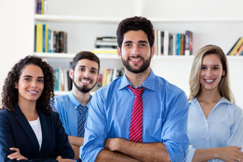 Латинский бизнесмен хипстера с группой в составе люди и коммерсантки стоковое изображение