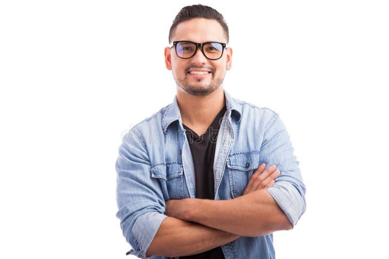 Латинский усмехаться молодого человека битника стоковое фото
