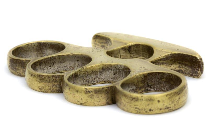 Латунная костяшка-сыпня, оружие для руки, изолированное на белизне стоковое фото rf