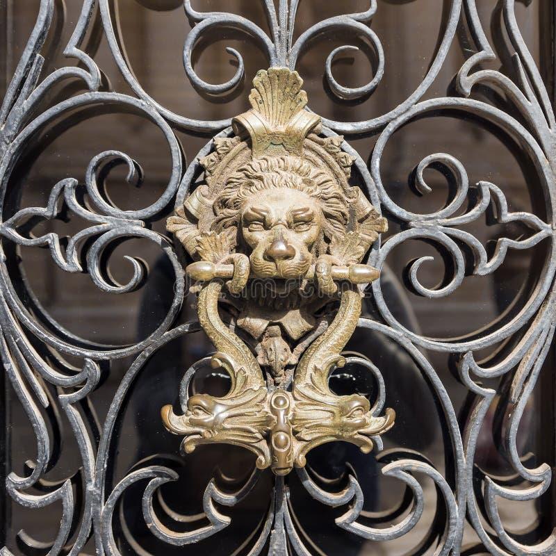 Латунная ручка двери на льве двери стоковые фотографии rf