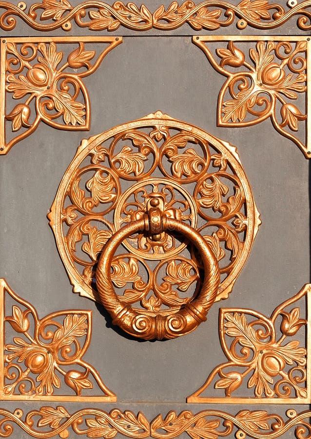 Латунная ручка на двери церков Knocker двери Старое vintag стоковая фотография