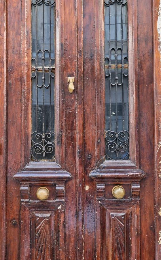 Латунное оборудование на старых дверях Брайна деревянных стоковое фото rf