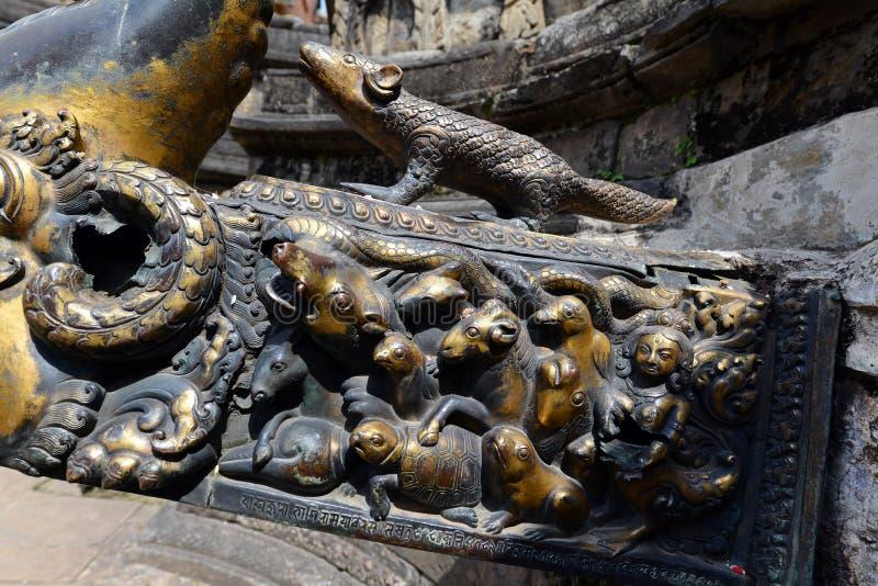 Латунные животные скульптуры на общественном фонтане kathmandu Непал стоковые изображения