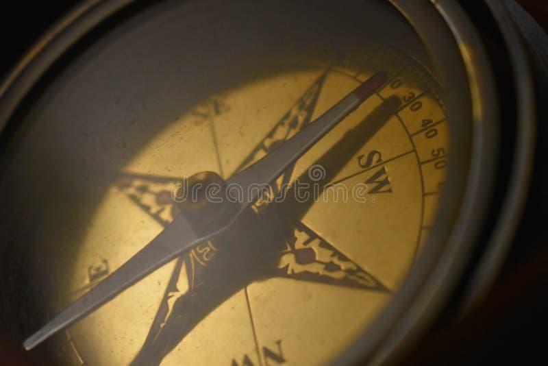 Латунный крупный план компаса стоковые изображения