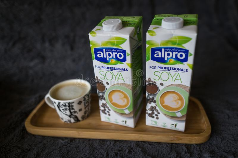 ЛАХТИ, ФИНЛЯНДИЯ - 24-ОЕ ИЮЛЯ 2019: 2 коробки соевого молока Alpro стоковые изображения