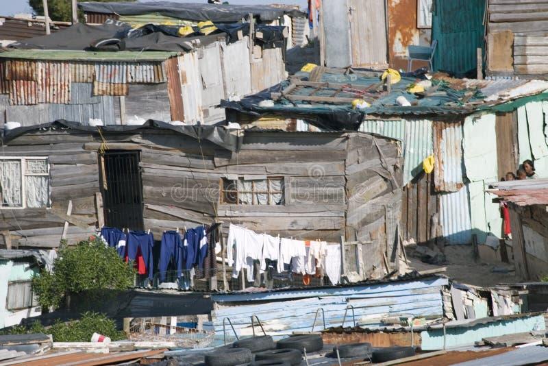 Лачуги Khayelitsha и моя линии на квартирах накидки около Кейптауна стоковые изображения rf