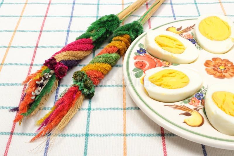 Ладонь пасхи и половины яичек стоковое изображение