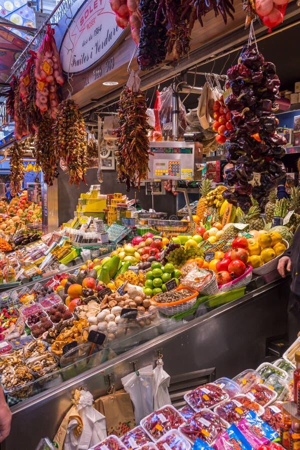 Ла Boqueria Mercat de Sant Josep de, большой открытый рынок в районе Ciutat Vella в Барселоне, Испании стоковое изображение rf