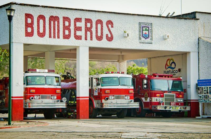 Ла Crucecita, Мексика - 16-ое апреля 2012 Станция пожарного с красными автомобилями стоковые фотографии rf