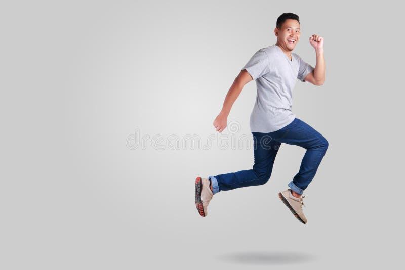 левитация Идти танцев молодого азиатского человека скача стоковые фотографии rf