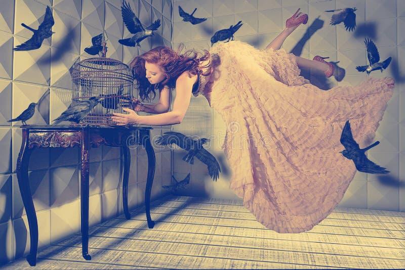 Левитация сняла женщины и ее черных птиц стоковые фотографии rf