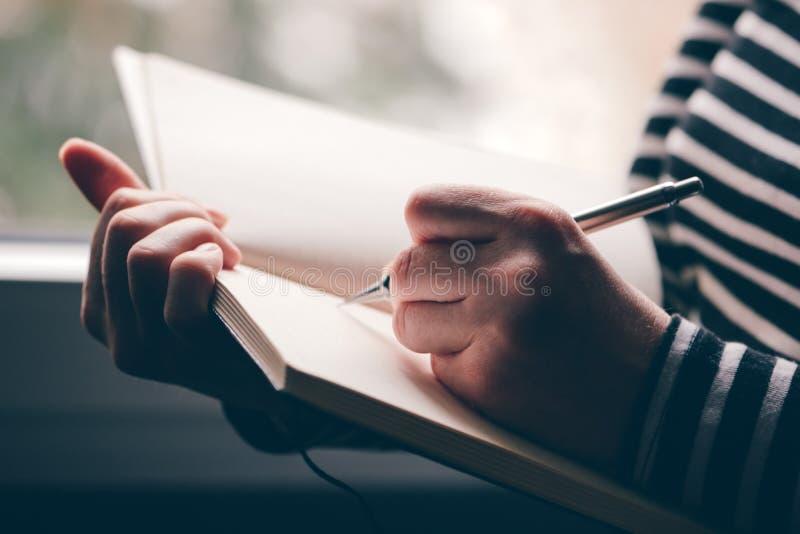 Леворукий дневник сочинительства женщины стоковые фотографии rf