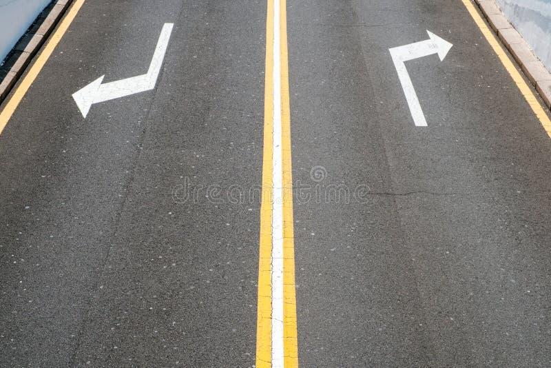 Левый/правый, стрелки направления на дороге асфальта стоковые изображения rf