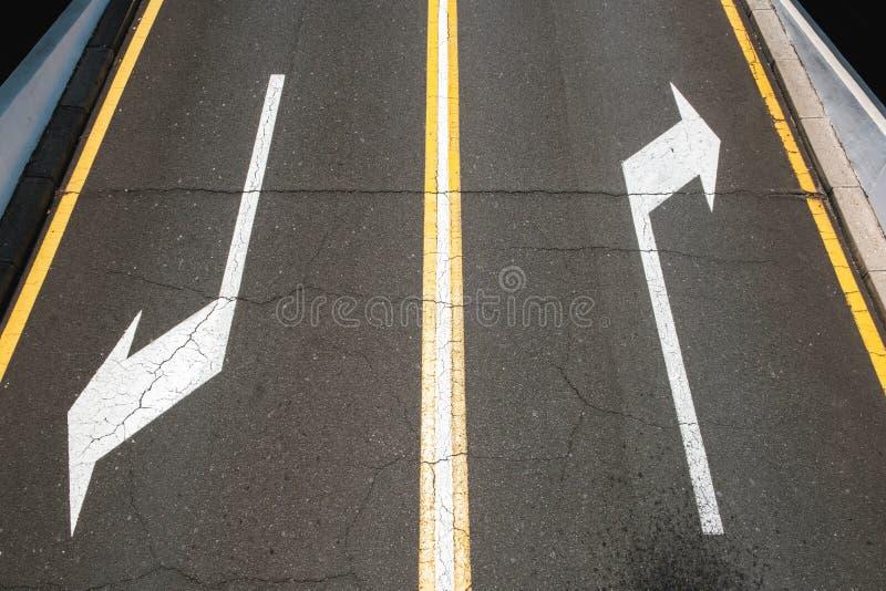 Левый/правый, стрелки направления на дороге асфальта стоковые фотографии rf
