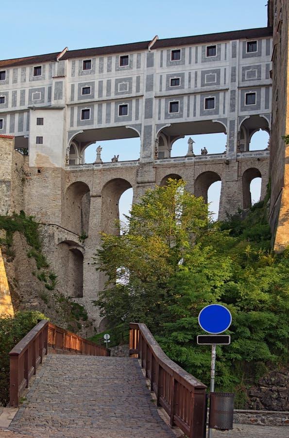3-легендарный покрытый сдобренный мост стоит на массивнейших каменных штендерах Мост соединяет замок Krumlov с театром в Ces стоковые фотографии rf