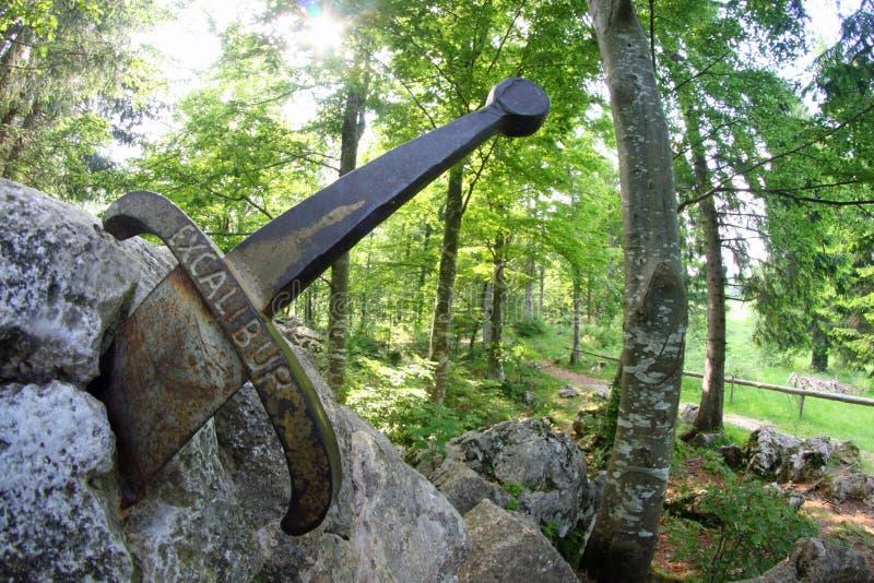 Легендарная шпага Excalibur к королю вставила между r стоковое изображение