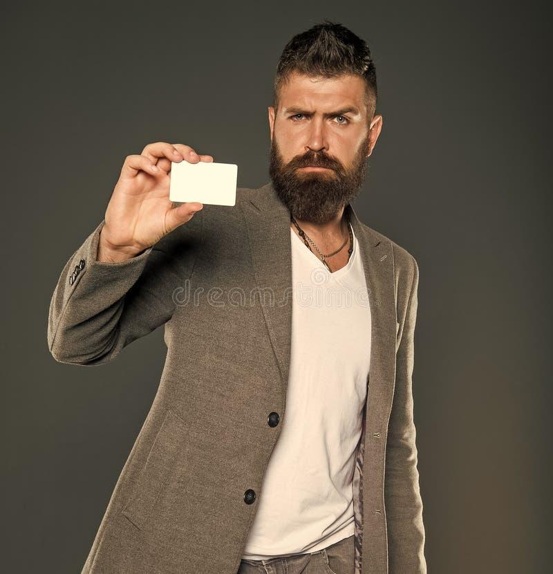 Легкие покупки Кредитная карточка дает вам свободу и доверие Владением хипстера человека карта бородатым пластиковая пустая Банк  стоковые изображения