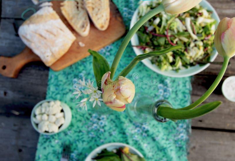 Легкий обедающий весны для целой семьи стоковое изображение
