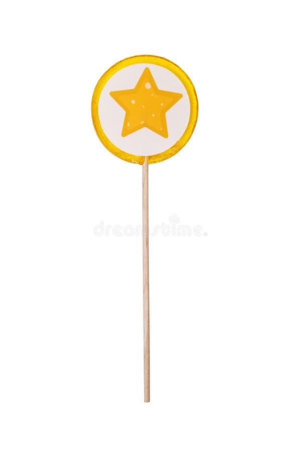 Леденец на палочке с желтой звездой на белой предпосылке Красочный handmade леденец на палочке лимона на белой предпосылке r стоковые фотографии rf