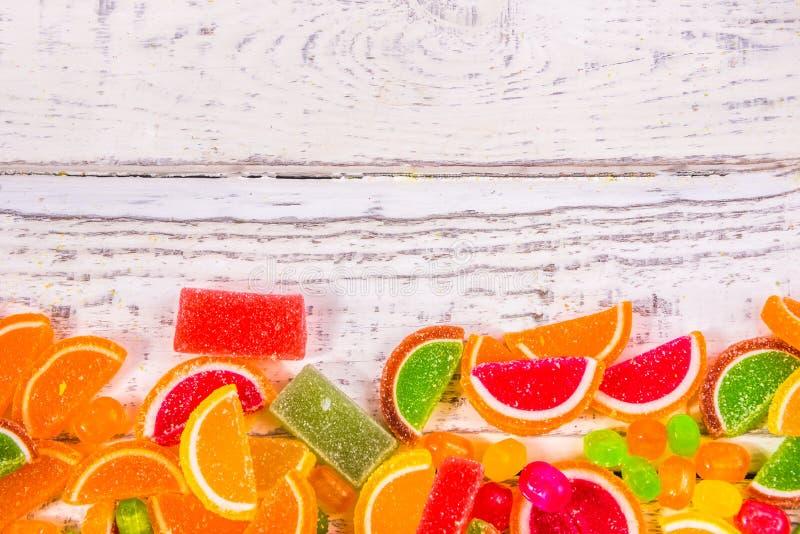 Леденцы на палочке и печенья с кусками лимона в ряд стоковое фото